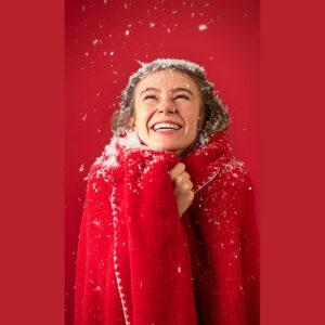 Kerst plaid met rendierprint en pomponnen modelfoto